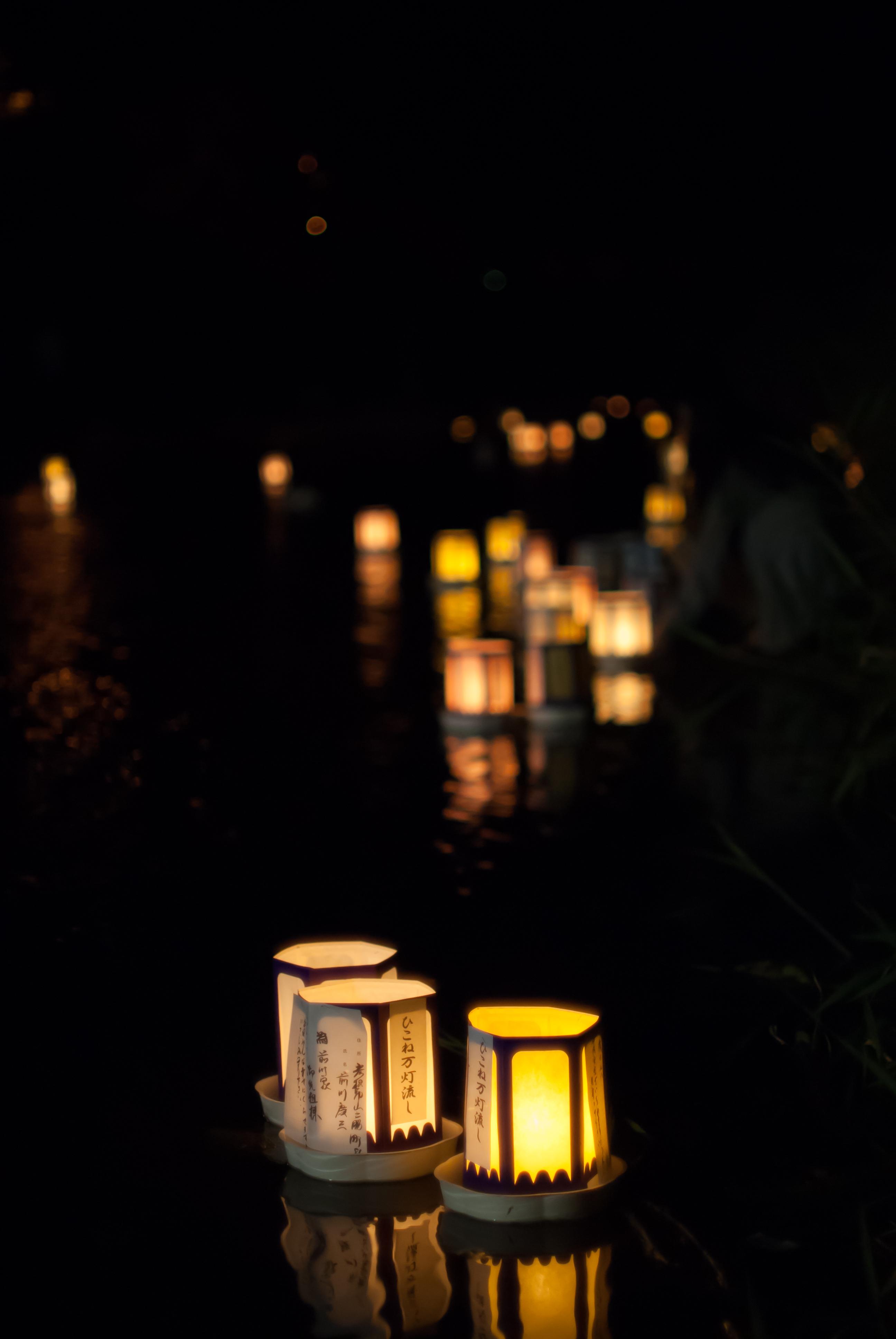 Serigawa lantern festival: 彦根の万提灯祭り – Where Next Japan for lanterns at night in water  585hul