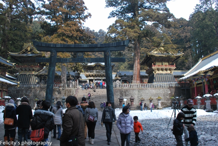 Following the crowd up to the centre of Nikko Toshogu shrine