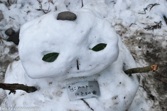 Children, as always innocent to the importance of mere buildings, preferred to make a snowman. Someone else kindly left a note to passersby not to squish him.