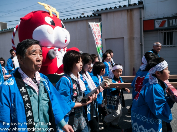 The newly created character: Naruhira-chan, carried by local children