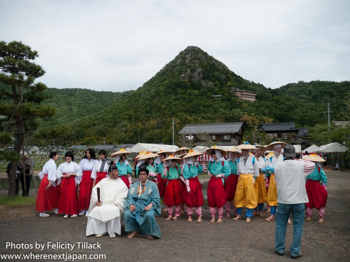 The crew assembles in the shadow of Tarbogu shrine (太郎坊宮)