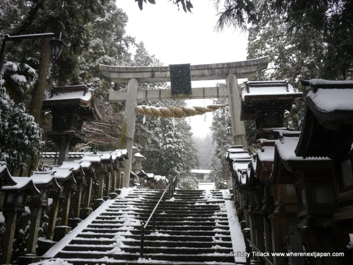 The huge torii gate at the front of Hozanji made even more picturesque by the lightly falling snow.